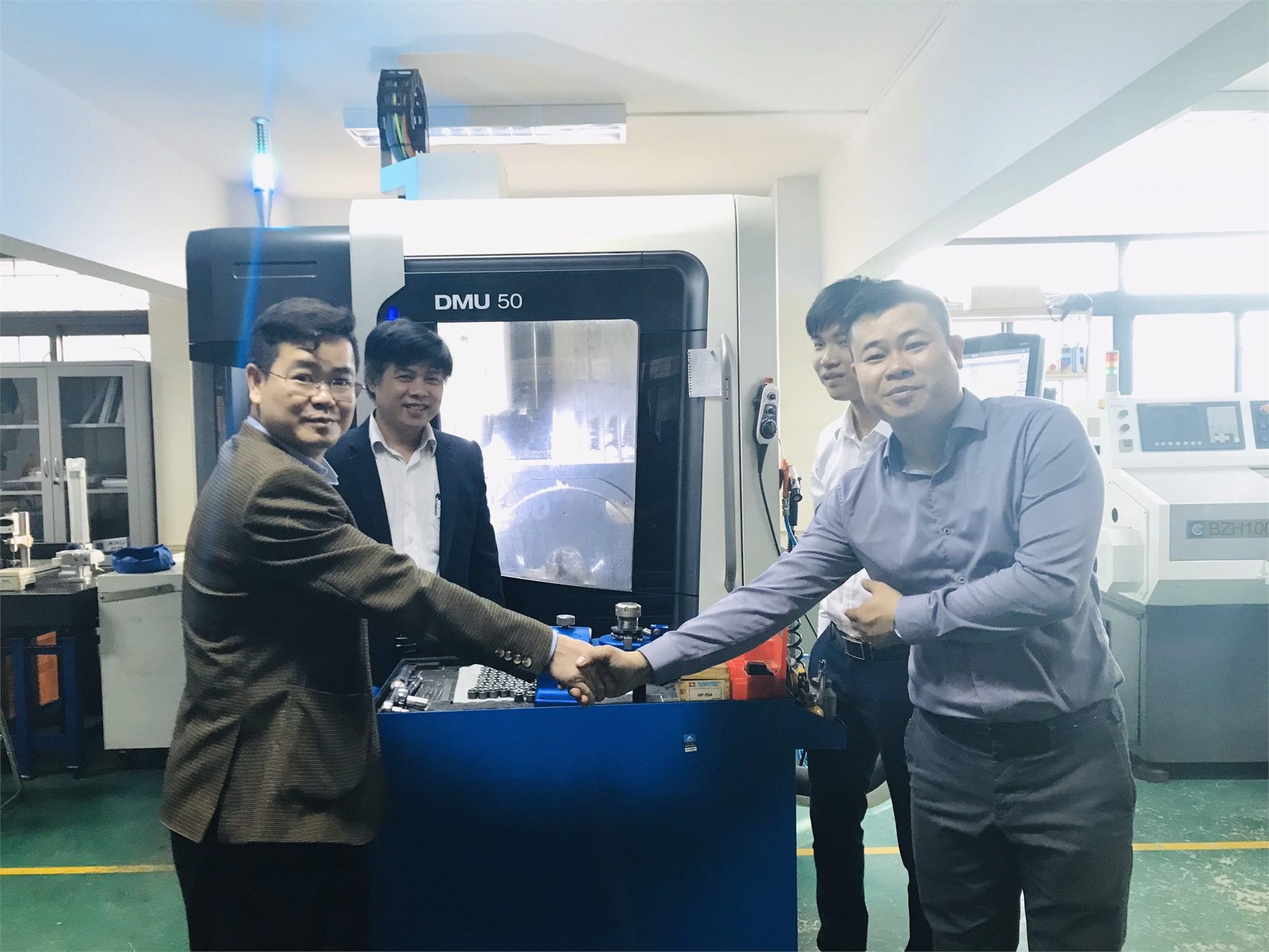 Khoa Cơ khí tiếp nhận bàn giao thiết bị bộ tháo nắp dao từ Công ty TNHH Anmi